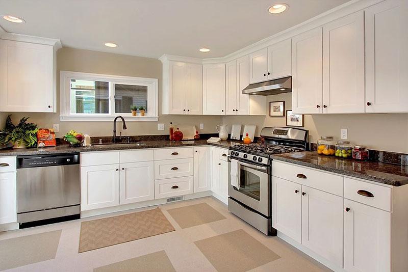 Traditional white kitchen with uba tuba granite