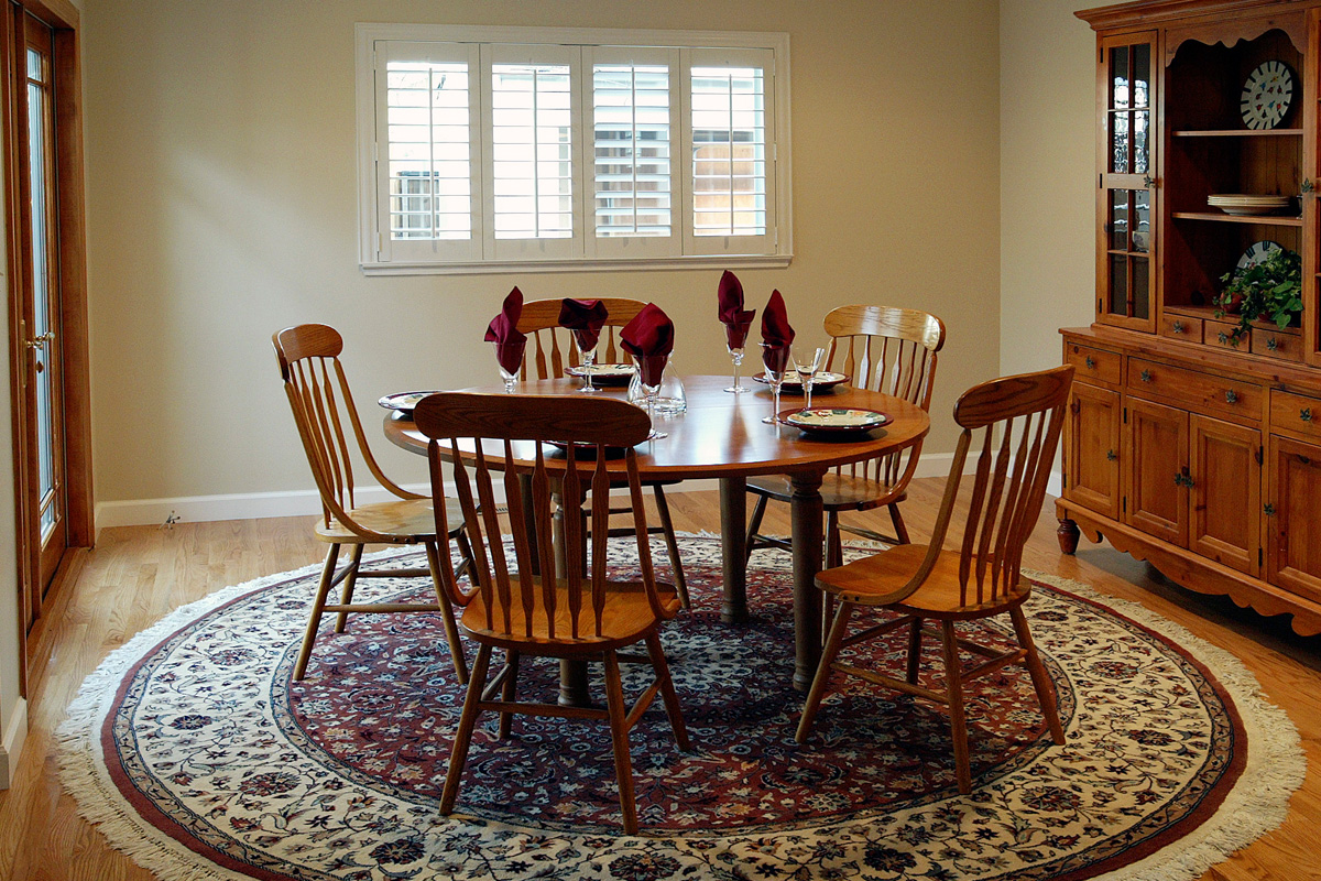 dining room with round rug
